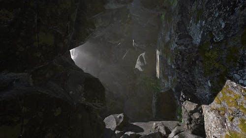 Sonnenlicht in der geheimnisvollen Höhle