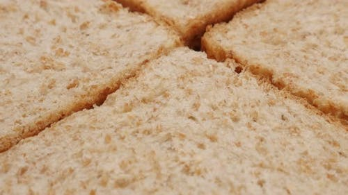 Vier Stücke komplettes Brot aus Vollkorn Nahaufnahme 4K 2160p 30fps UltraHD kippen Footage -