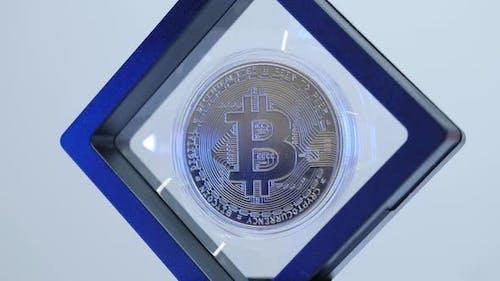 Glänzender goldener Bitcoin Mining von Kryptowährungen. Neues virtuelles Geld.