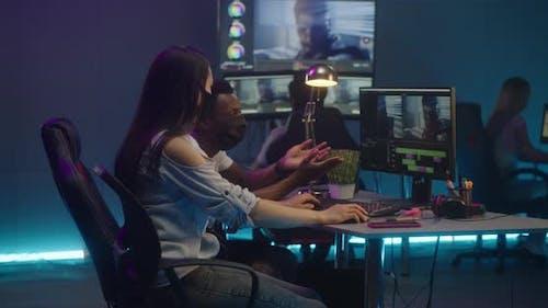 Les éditeurs vidéo au travail en salle de montage