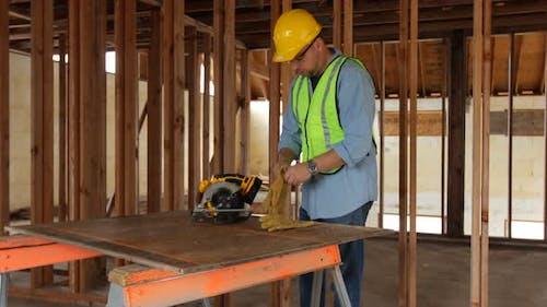 Bauarbeiter immer bereit zu schneiden
