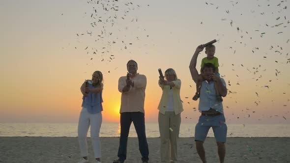 Thumbnail for Familienfeier mit Konfetti am Strand