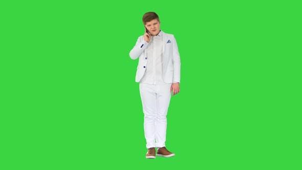 Geschäftsmann Junge tätigt einen Anruf mit Smartphone auf einem Greenscreen Chroma Key
