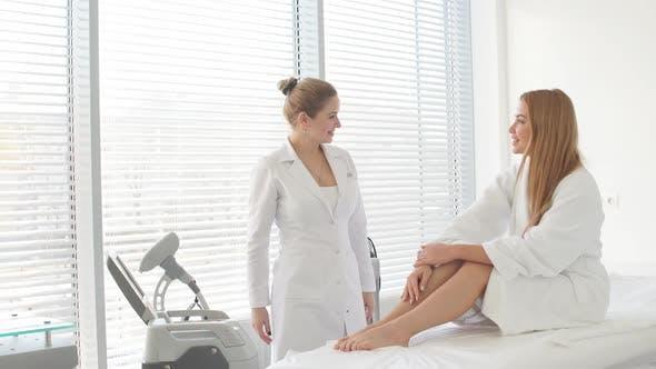 Blonde Frau auf Haarentfernung Kosmetik Verfahren. Laser-Epilation Konzept.