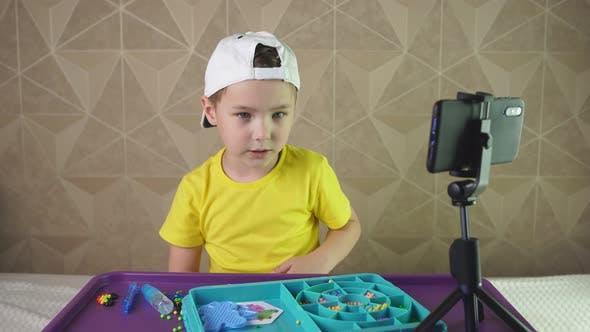Boy Blogger sagt der Kamera eines Smartphones emotional etwas