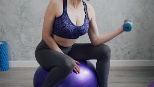 Eine Frau geht zu Hause Sport