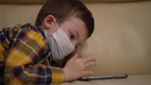 Junge medizinische Maske auf Gesicht aufgrund von Coronavirus-Ausbruch.
