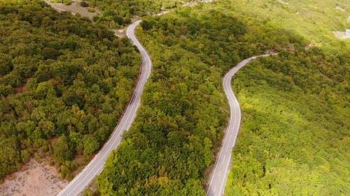 Eine Straße mit einer scharfen Kurve.