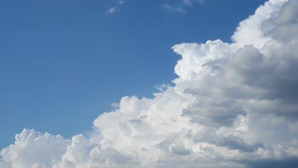 Ciel Bleu Avec Nuages Blancs Et Hirondelles Volantes