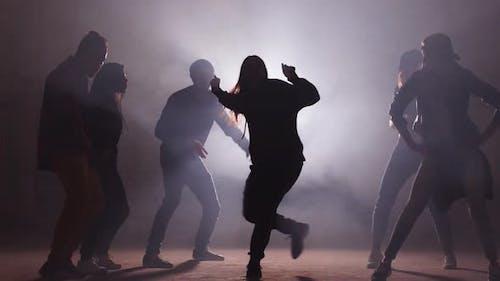 Sechs kaukasische Rapper treten auf der Dark Street auf. Unvergessliche Präsentation.