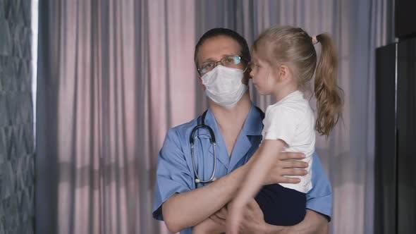 Porträt des Arztes in Schutzmaske und Brille