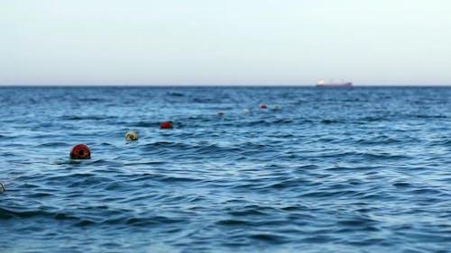 Schwimmende Bojen auf der Wasseroberfläche