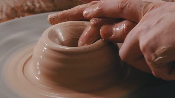 Thumbnail for Die Hände des Menschen modellieren die Vertiefung in Ton