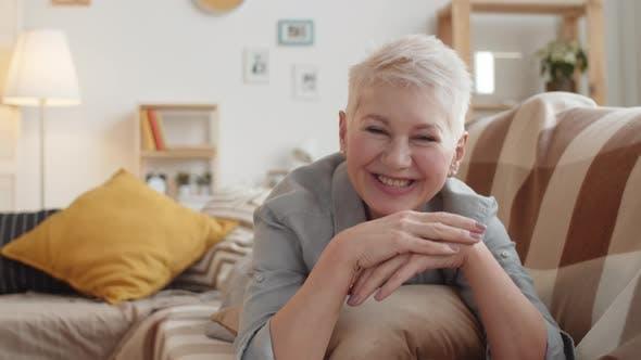 Glückliche Senior kaukasische Dame, die vorgibt, auf Video anruf zu Hause zu chatten