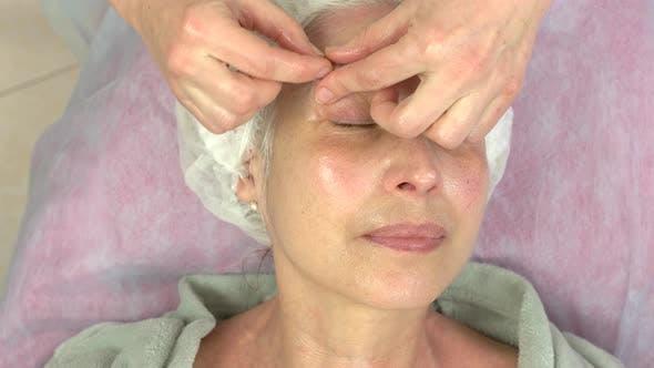 Reife Frau, Die Gesichtsmassage