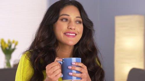 Mexikanische Frau genießen Ihre Tasse Kaffee
