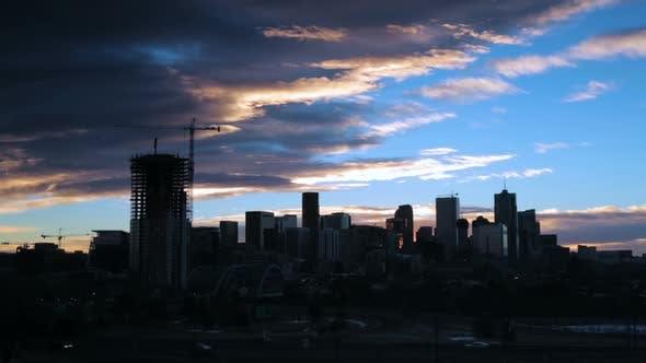 Denver, Colorado, USA-November 20, 2016. Zeitraffer. Sonnenaufgang über der Innenstadt von Denver.