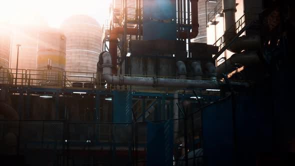 Öl- und Gasraffinerie in der Dämmerung