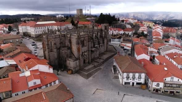 Thumbnail for Fliegen über die antike Kathedrale