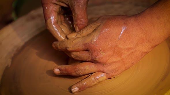 Thumbnail for Potter at Work macht Keramikgeschirr