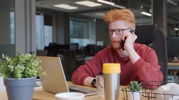Thumbnail for Büroangestellter mit Telefonanruf
