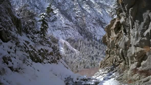 Thumbnail for Langsam fliegen durch engen Canyon