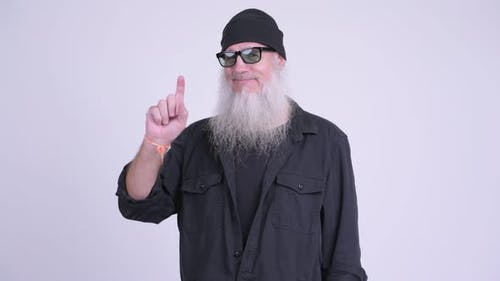 glücklich Reifen bärtig hipster Mann zeigen nach oben