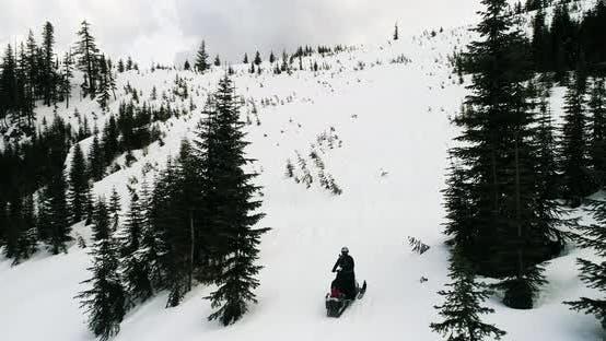 Thumbnail for Schneemobilfahrten auf verschneiten Hügel