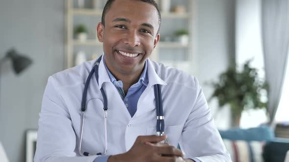 Cover Image for Smiling African-American Doctor