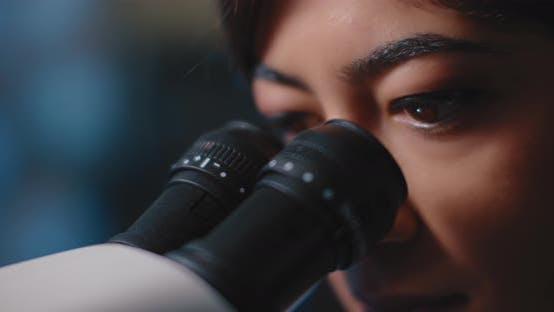 Thumbnail for Nahaufnahme eines weiblichen Forschers Augen, Blick auf Proben unter Mikroskop
