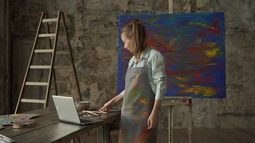 Female Artist Draws a Picture and Conducts a Remote Drawing Training Class
