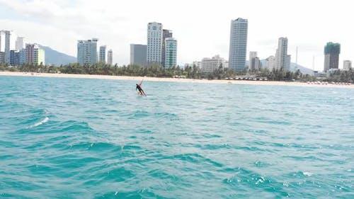Kitesurfing Place, Sportkonzept, Gesunder Lebensstil, Menschliche Flucht. Luftaufnahme des City Beach
