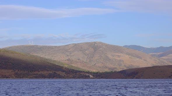 Golf von Korinth mit Windkraft auf den Hügeln