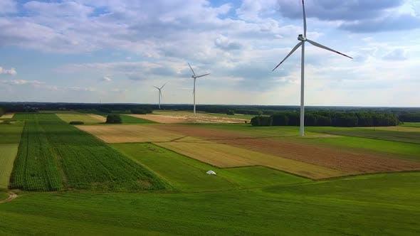 Linie von Windenergie-Turbinen im Sommer