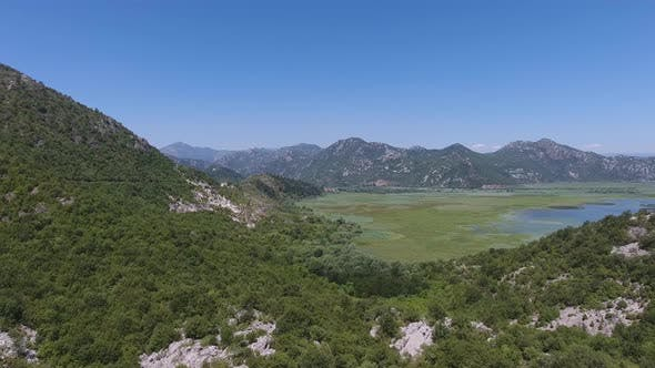 Luftaufnahme des Skadar-Sees in Montenegro im Sommer