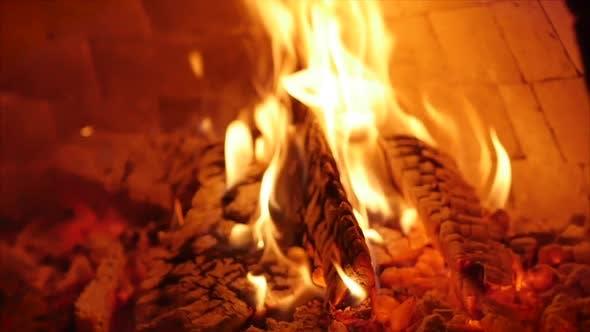 Holz brennt wunderschön in einem Pizzaofen. Platzieren von Pizza Pizza in einen Holzofen mit Pizzarinte.