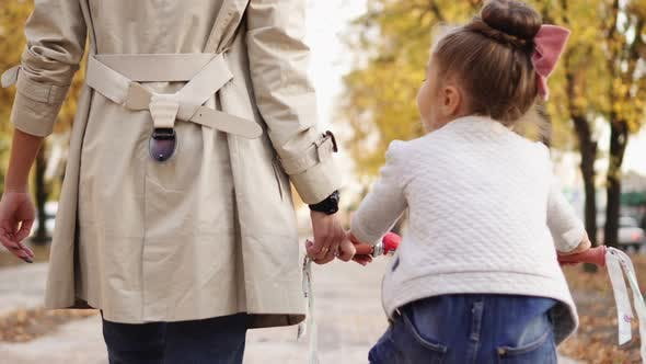 Junge Mutter Erklärt, Ihre Kleine Tochter, wie man Fahrrad fahren