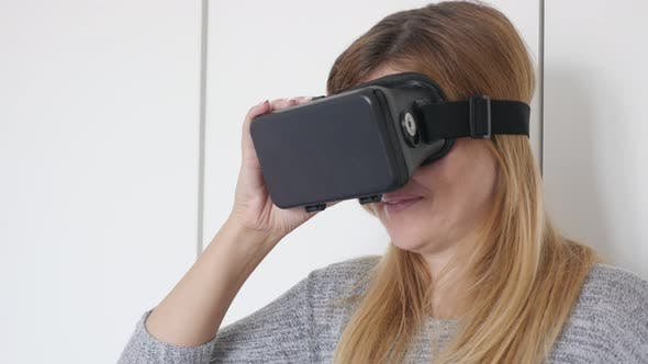 Thumbnail for kaukasische Frau versuchen virtuelle Realität 360 Brille in Wohnzimmer 4k 2160p 30fps ultrahd Filmmaterial - mix schwarz Sex