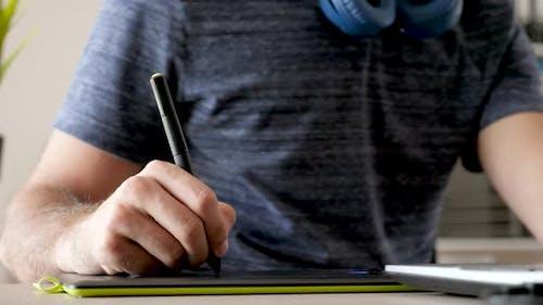 Graphiste dessin sur une tablette numérique