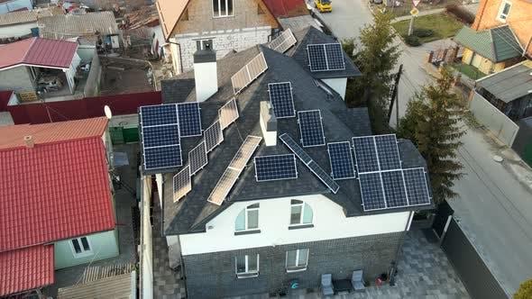 Luftaufnahme von Photovoltaik-Solarpaneelen auf dem Dach eines Gebäudes für erneuerbare Energien