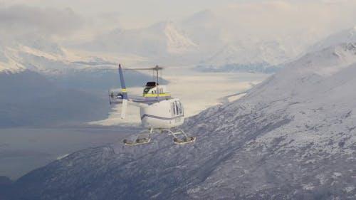 Luftbildhubschrauber Schuss von Alaksan Wildnis in der Dämmerung, fliegen Sie vorbei an Bäumen und über Autobahnen, Drohne -Footag