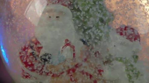 Der Weihnachtskugel dreht sich langsam.