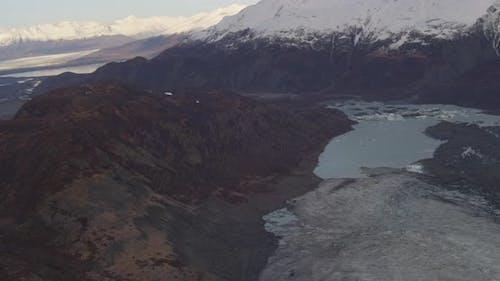 Luftaufnahme Hubschrauber entlang des Flusses Alaskan, Spiegelung der Berge, trübe Nebel im Hintergrun