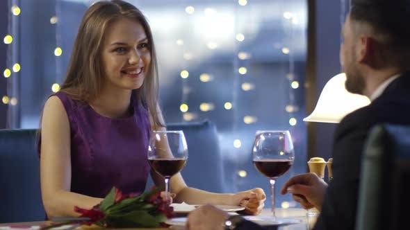 Thumbnail for Paar Wein trinken auf Date
