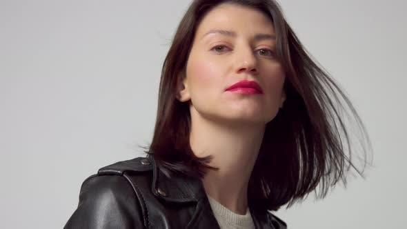Nahaufnahme Porträt von 30s Frau mit Blasen Haar