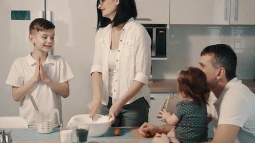Junge Familie bereitet Essen in der Küche zu Hause zu
