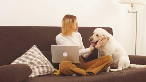 Happy Attractive Girl umarmt einen großen weißen Hund.
