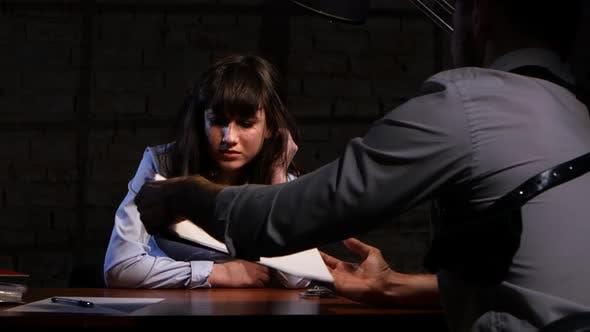 Thumbnail for Mann Detective befragt einen Verdächtigen in einem Verbrechen Frauen