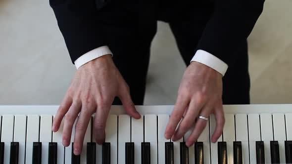 Pianistin mit Klavierhänden Musik