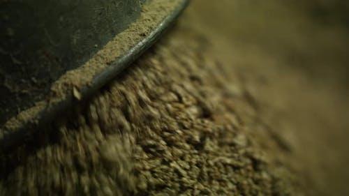 Tierfutter bewegt sich durch Rohr zu Haufen